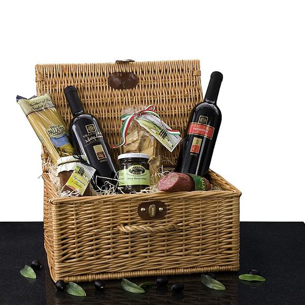 Korb mit Nudeln, Wein, Öl, Oliven und Salami als Werbepräsent