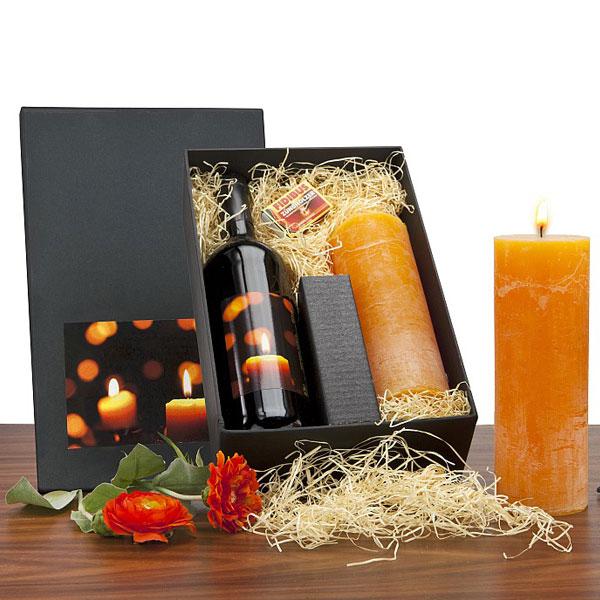 Rotwein und Kerze im Set als Werbepräsent
