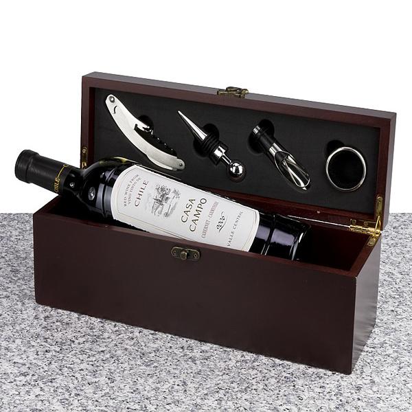 Wein und Accessoires in Holzkiste als Werbepräsent