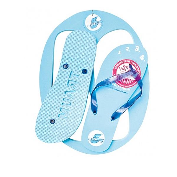 Strandschuhe hellblau im Brett als Merchandising Artikel