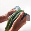 Die Vorderseite des Handtuchs ist vollfarbig bedruckt und hat eine weiche Textur. Die Rückseite des Handtuchs ist weiß.